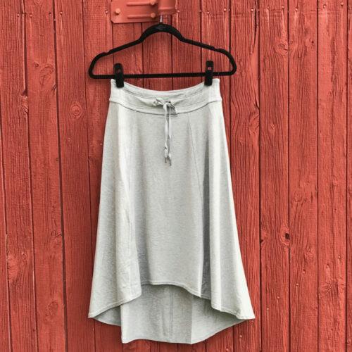 Alternatives to black leggings: gray jersey skirt.